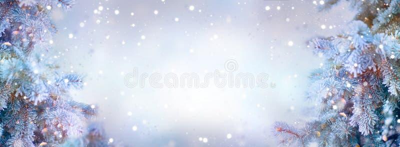 Árboles del día de fiesta de la Navidad Fondo de la nieve de la frontera Copos de nieve Picea azul, la Navidad hermosa y diseño d foto de archivo libre de regalías