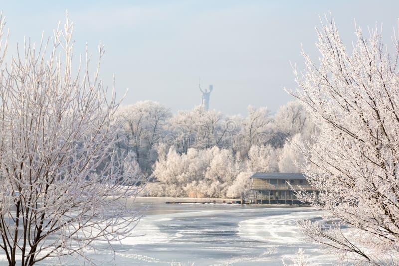 Árboles del invierno cubiertos con el río de la ciudad de la escarcha preso entre hielos imágenes de archivo libres de regalías
