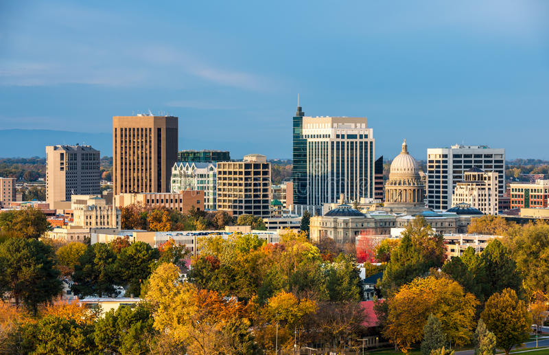 Árboles del otoño y el horizonte de Boise Idaho imagenes de archivo