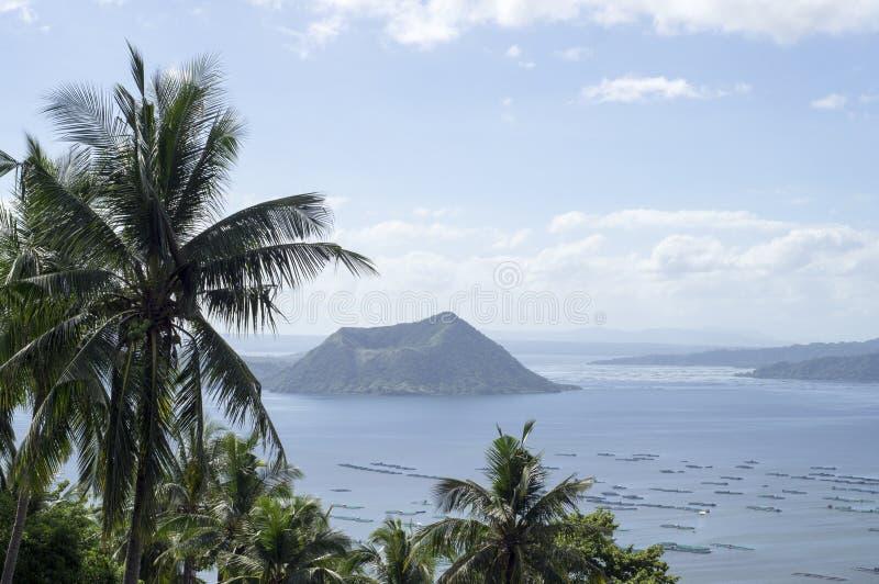 Árboles en el lago y el volcán de desatención hilltop foto de archivo