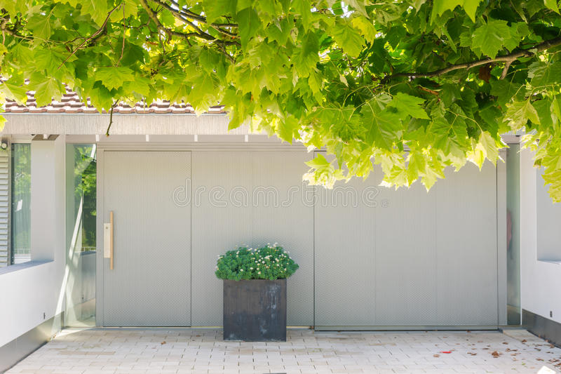 Árboles sobresalientes Beautifu de las hojas de la casa de la entrada moderna de la calzada fotos de archivo libres de regalías