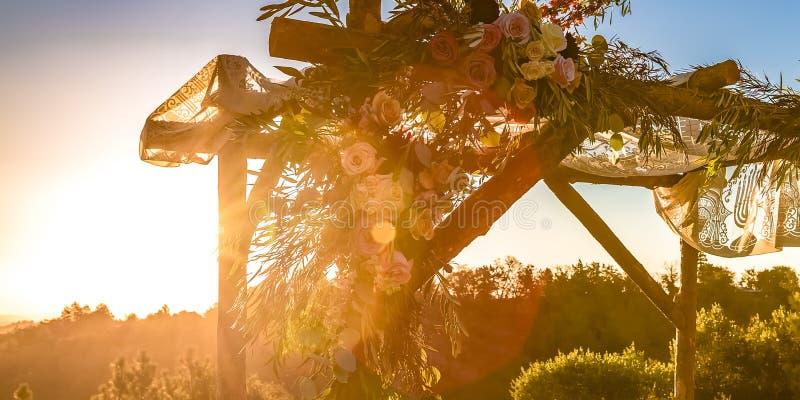 Árboles y cielo de desatención de Chuppah de la boda judía imagenes de archivo