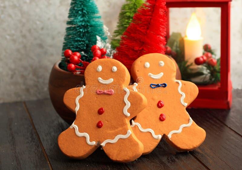 Árboles y hombres de pan de jengibre coloridos rojos de la linterna de la Navidad fotos de archivo
