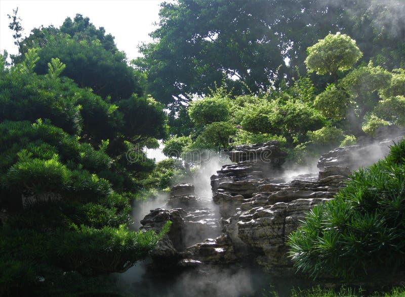 Árboles y rocas en un jardín fotos de archivo libres de regalías