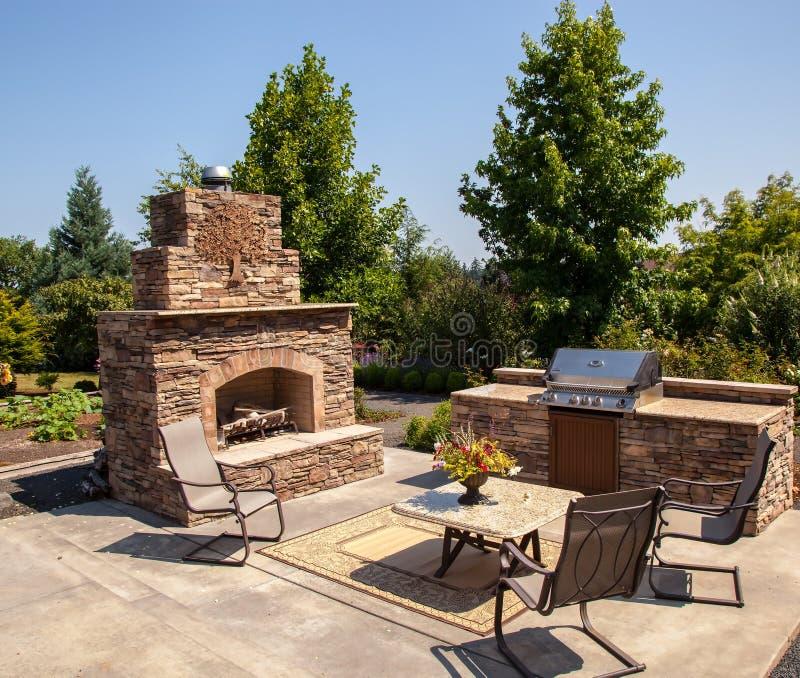 Área al aire libre de la chimenea y de la cocina fotografía de archivo libre de regalías