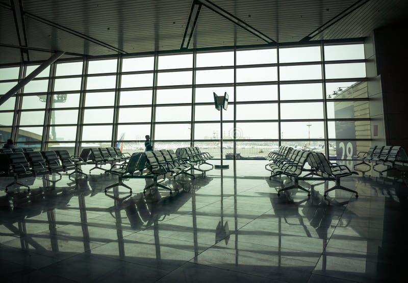 Área, assentos e parte externa de espera do aeroporto a cena da janela fotografia de stock royalty free