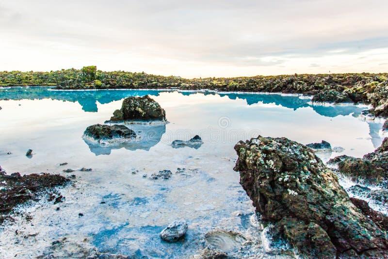 Área azul da lagoa perto de Reykjavik, Islândia foto de stock royalty free