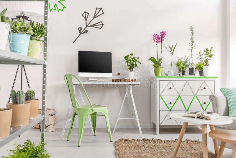 Área brilhante do escritório domiciliário imagem de stock royalty free