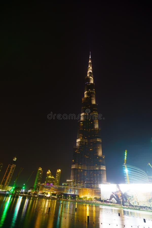 Área cerca de Burj Khalifa en la noche foto de archivo