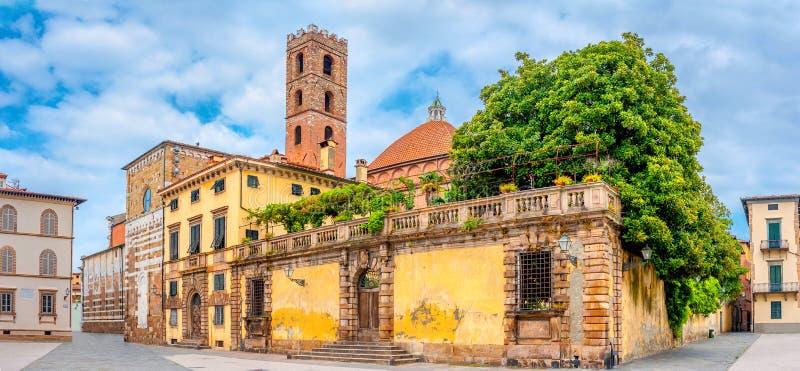 Área com um templo na cidade medieval bonita de Lucca fotografia de stock