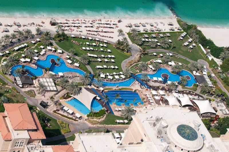 Área da associação e da praia do hotel de luxo imagens de stock royalty free