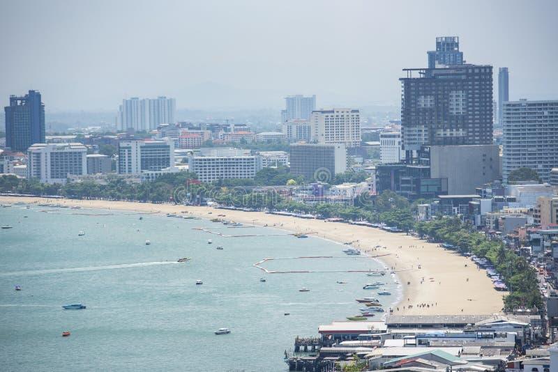 Área da baía com o mar da praia com o marco da opinião de curso do ferryboat e de turista na cidade de Pattaya foto de stock royalty free