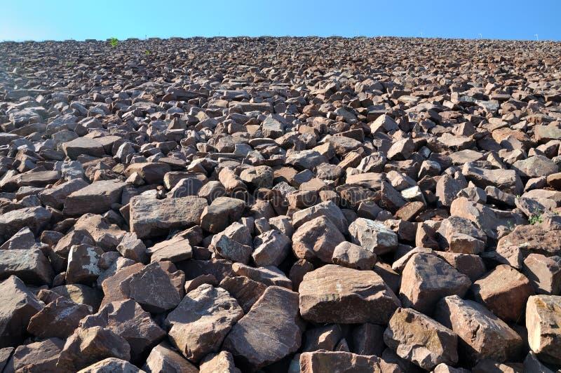 Área da construção, inclinação de pedra da represa da água fotografia de stock