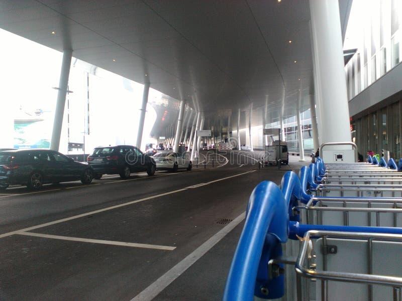Área da entrada e de estacionamento do Zurique-aeroporto ZRH foto de stock