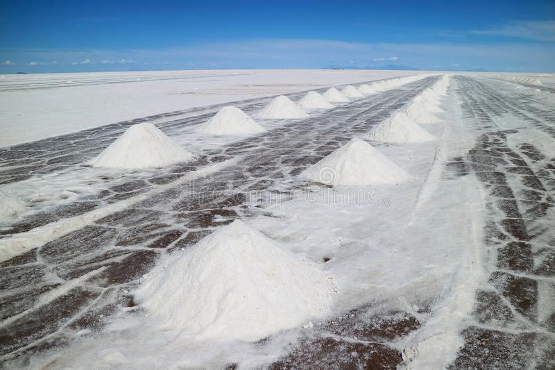 Área da extração de sal no EL Salar de Uyuni, os planos os maiores do sal do mundo no departamento de Potosi de Bolívia foto de stock