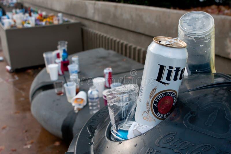 Área da maca das latas e do lixo de cerveja fora do estádio dos esportes imagem de stock royalty free