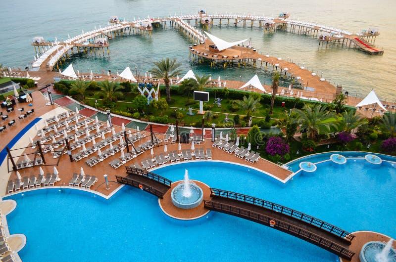 Área da piscina do recurso de férias fotos de stock royalty free