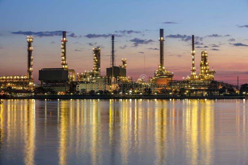 Área da planta de refinaria no crepúsculo fotos de stock royalty free