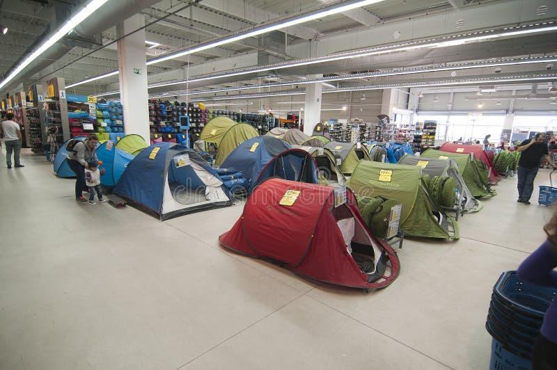 Área de acampamento na loja do Decathlon foto de stock royalty free