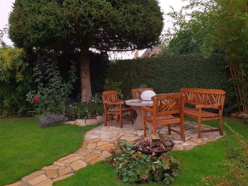 Área de assento confortável no jardim fotos de stock royalty free