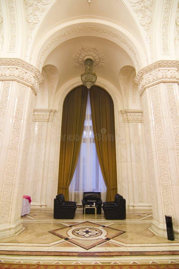 Área de assento elegante no palácio imagem de stock