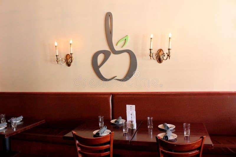 Área de assento interna de um espaço de jantar, taberna de Braeburn, Saratoga Springs do centro, New York, 2018 imagens de stock royalty free