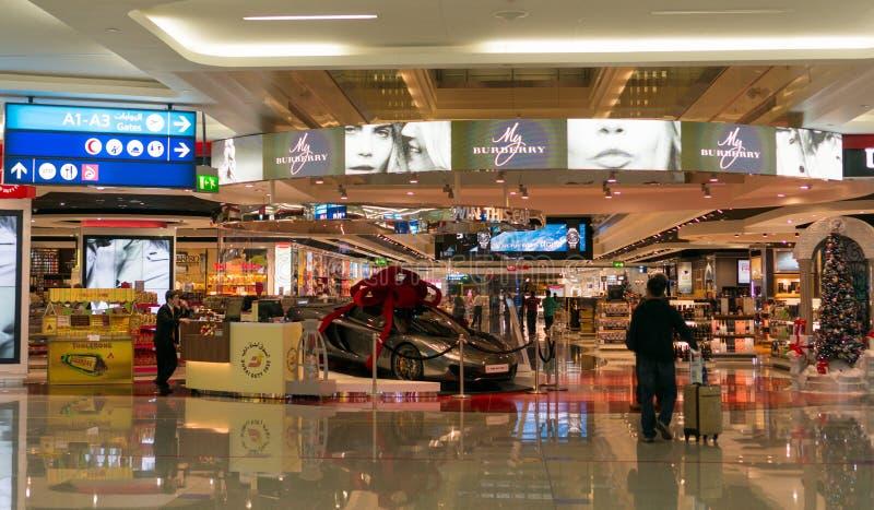 Área de compras con franquicia gloriosa en el aeropuerto de Dubai imágenes de archivo libres de regalías