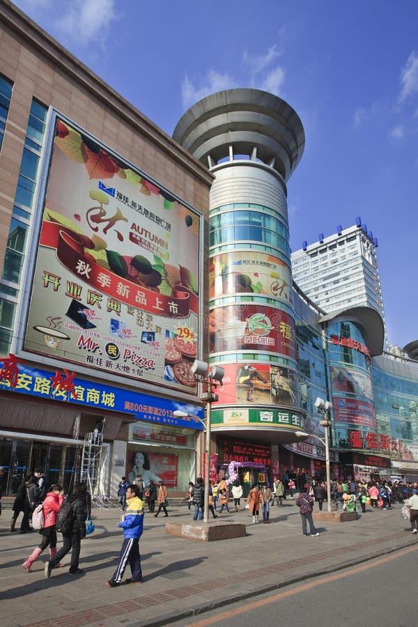 Área de compras con la publicidad grande, Dalian, China imagenes de archivo