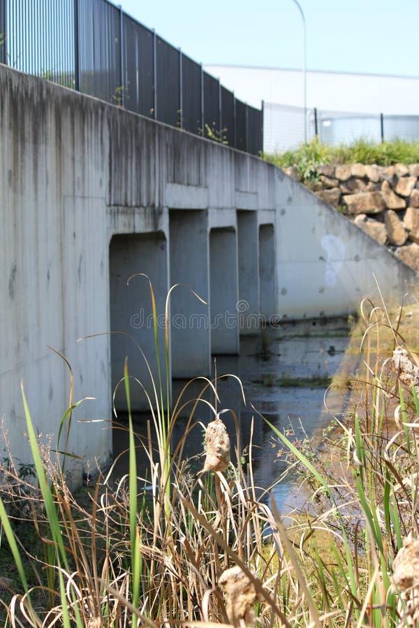 Área de drenagem sob a ponte imagem de stock