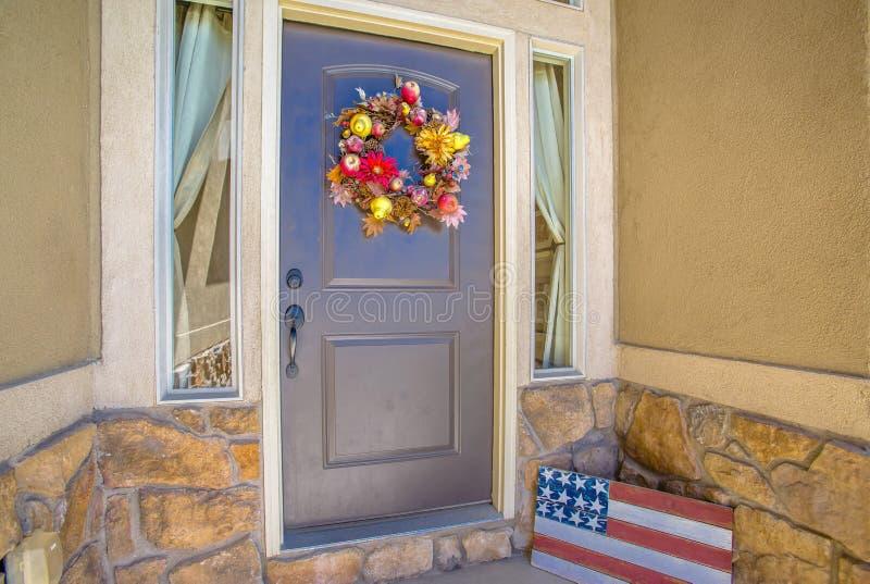 Área de entrada azul de puerta principal imagen de archivo libre de regalías