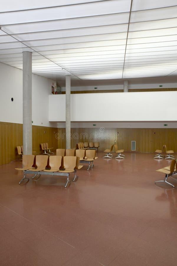 Área de espera da construção pública Detalhe do interior do hospital ninguém fotos de stock