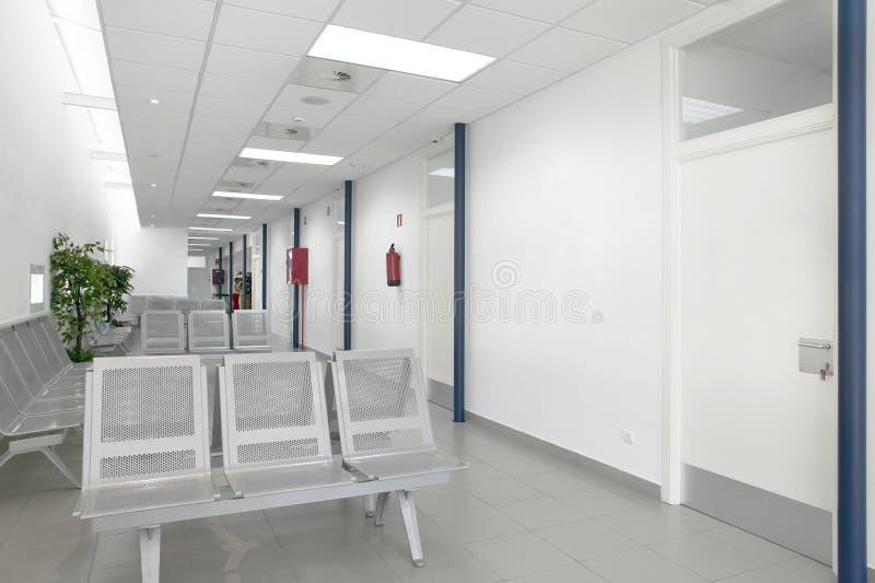 Área de espera da construção pública Interior do centro de saúde ninguém fotos de stock