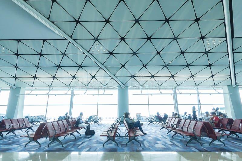 02 - Área de espera do terminal de aeroporto, para dentro do salão da partida no aeroporto Banguecoque de Suvarnabhumi fotografia de stock