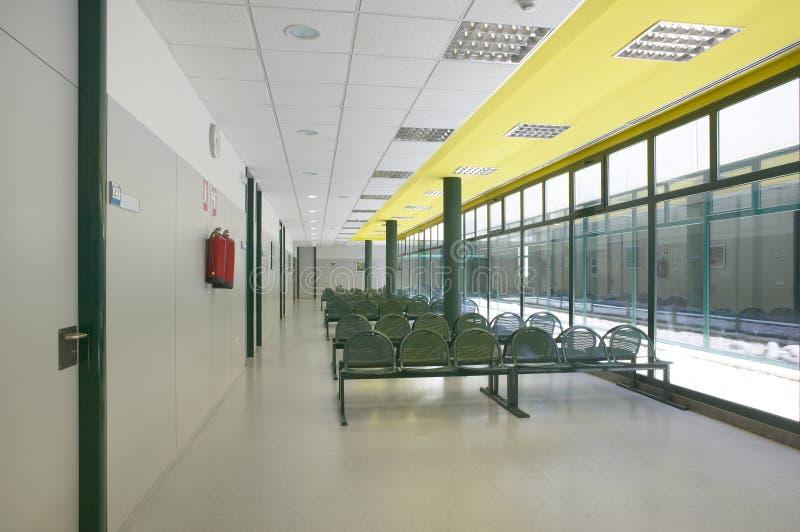Área de espera moderna da construção com assentos imagens de stock royalty free