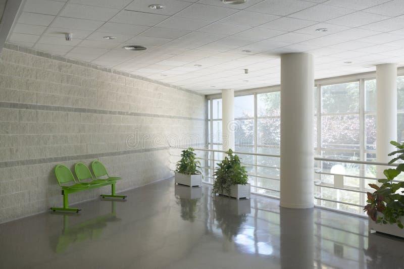 Área de espera moderna da construção com cadeiras metálicas imagens de stock