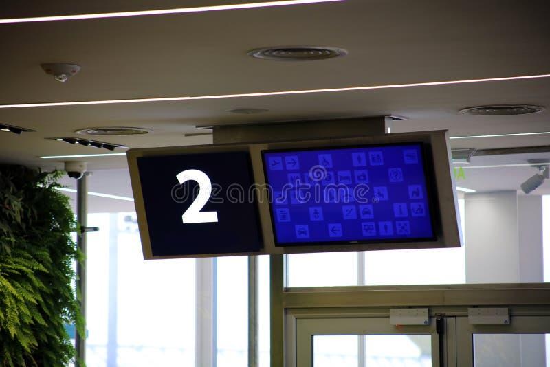 Área de espera moderna da porta de partida do aeroporto com número da porta fotos de stock