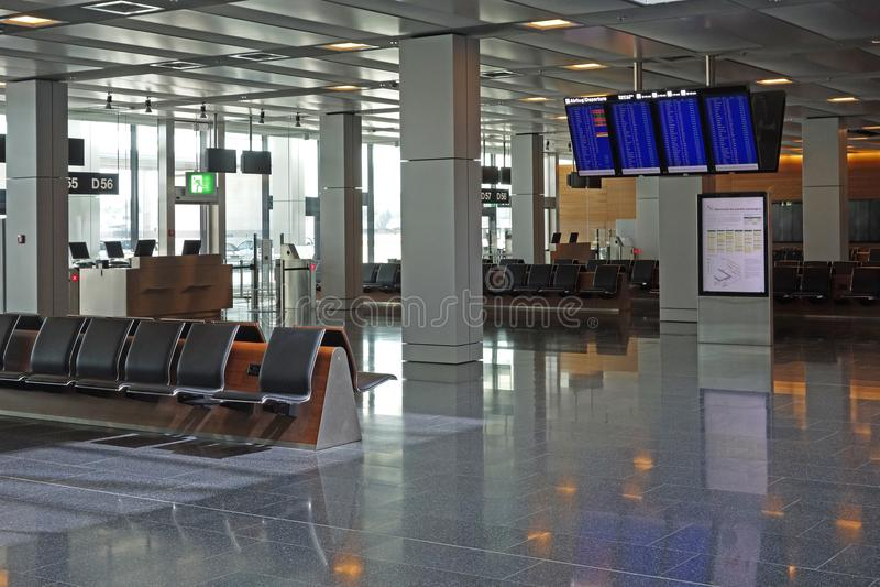 Área de espera vazia da sala de estar da partida do aeroporto com informat do voo fotos de stock royalty free