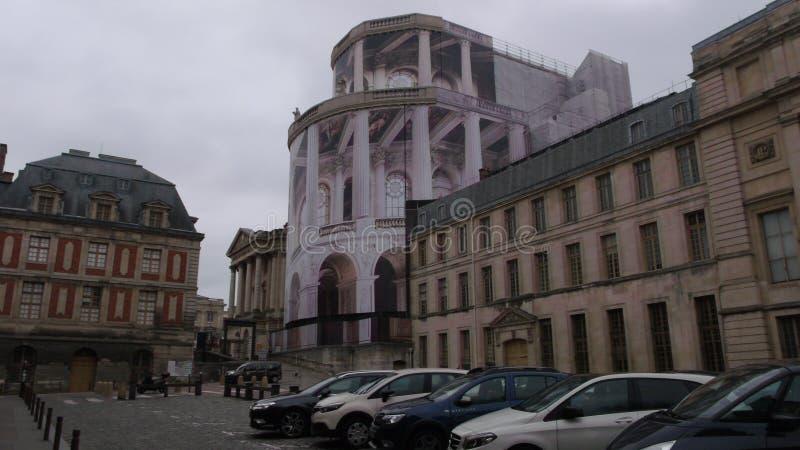 Área de estacionamento veicular para turistas e residentes na rua perto do palácio de Versalhes foto de stock