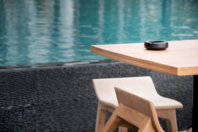 Área de fumo ao lado da piscina do ourdoor imagens de stock