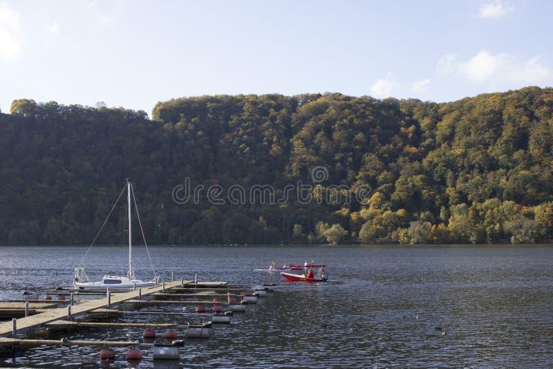 Área de Hagen, Ruhr, Reno norte Westphalia, Alemanha - Ocotober 14 2017: Lago Harkortsee em um dia ensolarado fotografia de stock