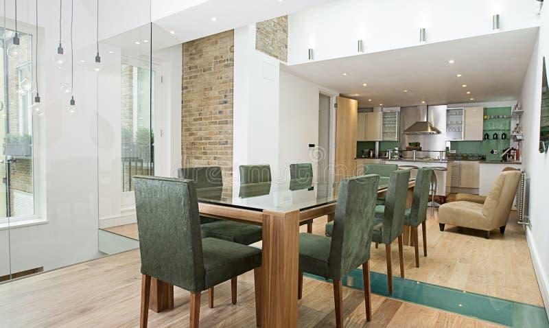 Área de jantar com a cozinha aberta da planta foto de stock
