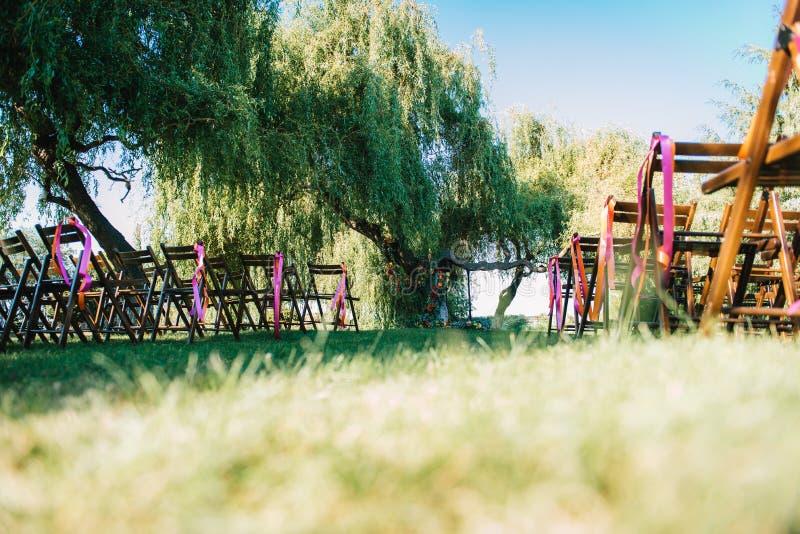 Área de la ceremonia de boda, decoración de las sillas del arco imagen de archivo libre de regalías