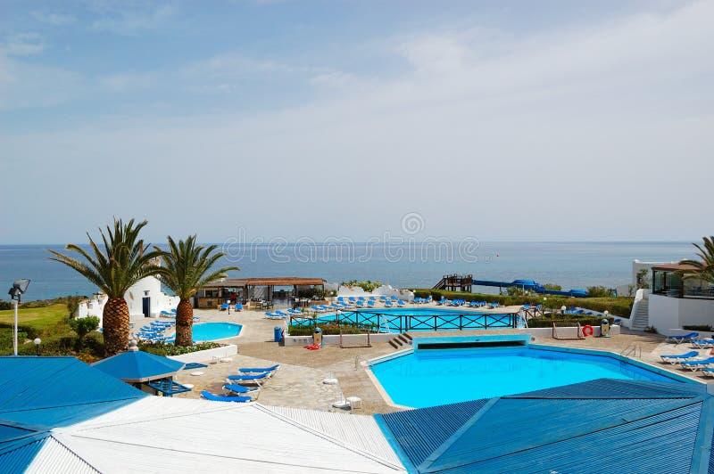 Área de la piscina de la playa y del hotel popular fotos de archivo libres de regalías