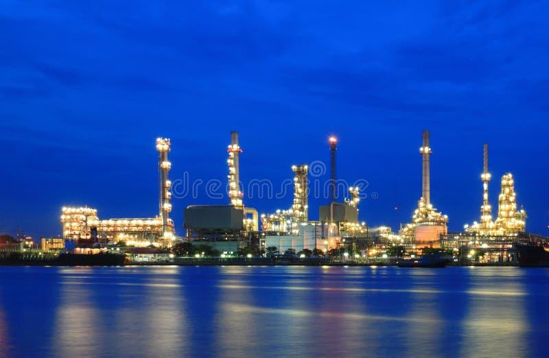 Área de la planta de refinería en el crepúsculo foto de archivo