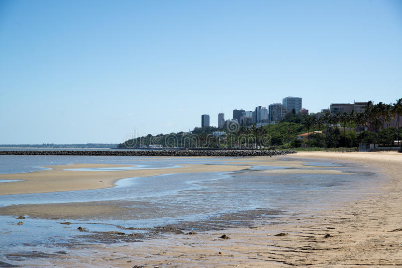 Área de la playa de la ciudad de Maputo con el agua potable fotos de archivo libres de regalías