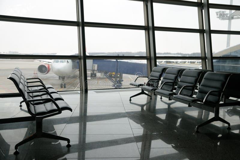 Área de la salida del terminal de aeropuerto dentro fotografía de archivo
