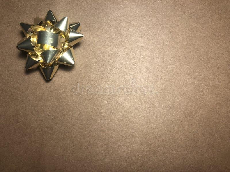 Área de mensaje vacío con el ornamento como la estrella brillante amarilla, documento de nota sobre fondo oscuro y marrón claro fotos de archivo