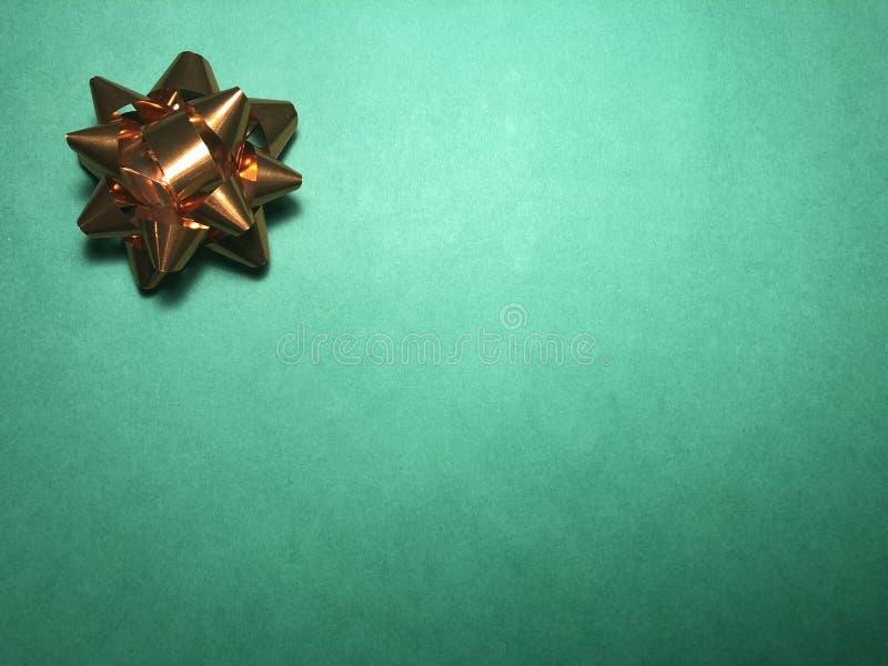 Área de mensaje vacío con el ornamento como la estrella, el documento de nota o marco brillante marrón sobre fondo oscuro y verde imágenes de archivo libres de regalías