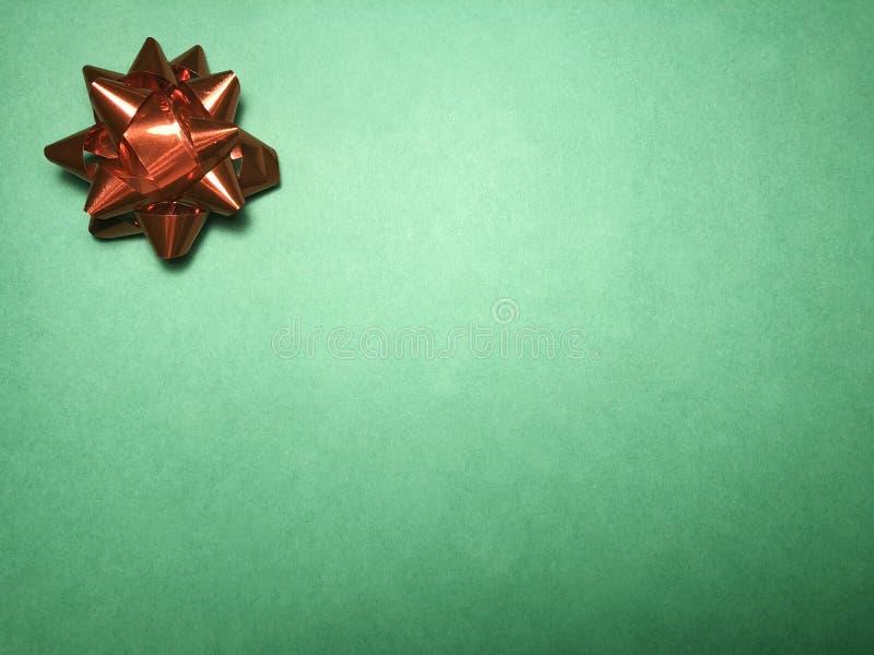 Área de mensaje vacío con el ornamento como la estrella, el documento de nota o marco brillante rojo sobre fondo oscuro y verde c imágenes de archivo libres de regalías