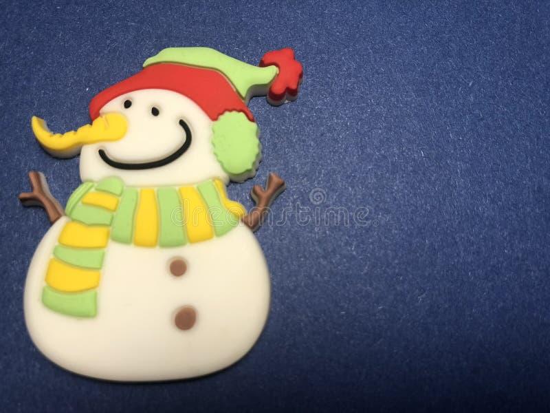 Área de mensaje vacío con la figura del muñeco de nieve como papel de nota en fondo de los azules marinos de la oscuridad y de la fotografía de archivo libre de regalías